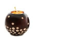 De oranje kaars in een bown paterned houder Royalty-vrije Stock Afbeeldingen