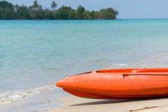 De oranje kajak legt op het strand Royalty-vrije Stock Fotografie