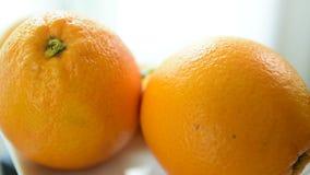 De oranje plakken kijken heerlijk Eet goed stock videobeelden