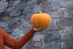 De oranje pompoen van de vrouwenholding ter beschikking Royalty-vrije Stock Foto