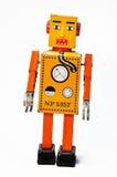De oranje retro robot beëindigt stuk speelgoed. Stock Afbeelding