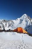De oranje tent in bergen Stock Foto