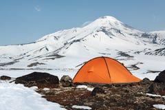 De oranje tribunes van de toeristentent op achtergrond van vulkanische kegel Royalty-vrije Stock Afbeelding