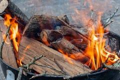 De oranje Vlammen van een Brand branden Logboeken stock afbeeldingen