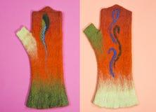 De oranje vuisthandschoenen van felted wol op gekleurd Royalty-vrije Stock Afbeelding