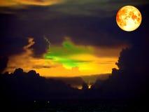 de oranje wolk van de bloedmaan op donkere hemel over het overzees Stock Afbeeldingen