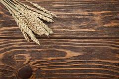 De oren van de tarwe op houten achtergrond Stock Afbeeldingen