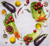 De organische ingrediënten van tuingroenten, plaats voor tekst, kader op houten rustieke achtergrond hoogste menings vegetarisch  Stock Foto