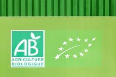De organische landbouwetiket op een muur in Frankrijk Stock Foto's