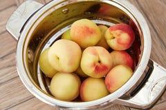 De organische natuurlijke sappige heerlijke zomer van de fruitperzik Stock Afbeelding