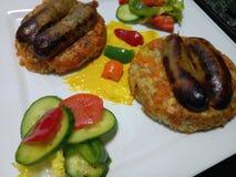 De organische verse worsten van varkensvleeslincolnshire met broodjes en groenten Stock Foto's
