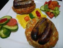 De organische verse worsten van varkensvleeslincolnshire met broodjes en groenten Royalty-vrije Stock Afbeeldingen