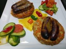 De organische verse worsten van varkensvleeslincolnshire met broodjes en groenten Royalty-vrije Stock Foto