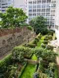 De oriëntatiepunten van Londen: De ruïnes van de Muur van Londen Stock Afbeeldingen