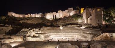 De oriëntatiepunten van Malaga op nacht. Roman theater en Alcazaba. Andalusia, Spanje Stock Foto's
