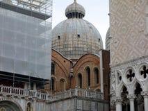 De Oriëntatiepunten van Venetië, St Teken` s Basiliek en het Doge` s Paleis, Italië stock foto