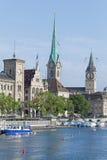 De oriëntatiepunten van Zürich die met vlaggen worden verfraaid Stock Afbeeldingen