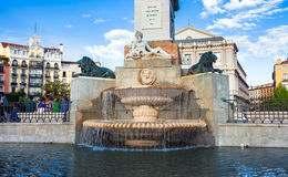 Площадь de Oriente с туристами на весенний день в Мадриде Стоковая Фотография