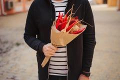 De original- ovanliga ätliga händerna för grönsak- och fruktbukettman Royaltyfri Fotografi