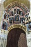 De originele Gotische beeldhouwwerken bij het zuidelijke portaal van St de Kerk van het Teken, bestaan uit 15 die beeltenissen in royalty-vrije stock afbeeldingen