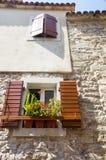 De originele houten blinden op steenmuur in oude Budva, Montenegro Stock Afbeeldingen