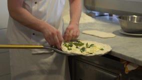 De originele Italiaanse pizza op een schop zet in een houten-in brand gestoken steenoven stock videobeelden