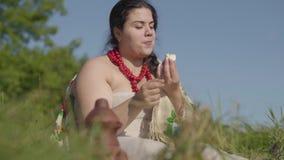 De originele manier om in voedsel te zouten Leuk mollig dame grappig gezouten gekookt ei tijdens lunchzitting in openlucht Land stock videobeelden