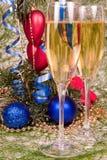 De ornamenten van Champagne en van Kerstmis. Royalty-vrije Stock Afbeelding