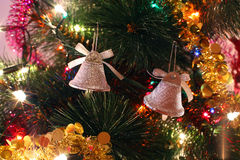 De ornamenten van de kerstboom, twee klokken, klatergoud Royalty-vrije Stock Foto's