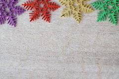 De ornamenten van de sneeuwvlok op houten achtergrond met exemplaarruimte Royalty-vrije Stock Afbeelding