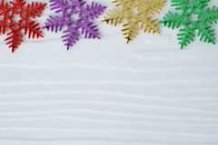De ornamenten van de sneeuwvlok op witte houten achtergrond met exemplaarruimte Stock Afbeelding