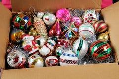 De ornamenten van Glaskerstmis in een doos Stock Afbeeldingen