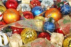 De ornamenten van het nieuwjaar van verschillende kleur en giftlinten 1 Stock Foto