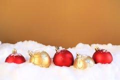 De ornamenten van Kerstmis in de sneeuw Royalty-vrije Stock Afbeelding