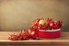 De ornamenten van Kerstmis in giftdoos Stock Fotografie