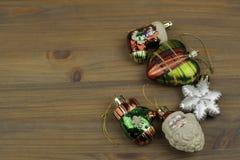 De ornamenten van Kerstmis op de houten achtergrond Royalty-vrije Stock Foto