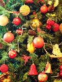 De ornamenten van Kerstmis op een boom Stock Foto's
