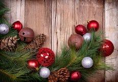 De ornamenten van Kerstmis op houten achtergrond Royalty-vrije Stock Foto's