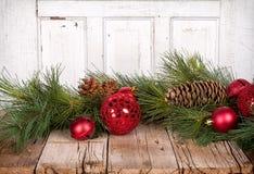 De ornamenten van Kerstmis op houten achtergrond Royalty-vrije Stock Afbeeldingen