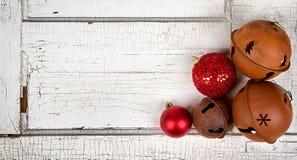 De ornamenten van Kerstmis op houten paneel Royalty-vrije Stock Foto