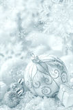 De ornamenten van Kerstmis op sneeuw stock foto's