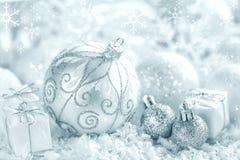 De ornamenten van Kerstmis op sneeuw stock fotografie
