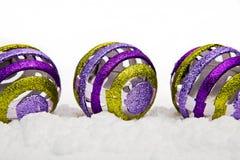 De ornamenten van Kerstmis in sneeuw Stock Afbeelding