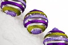 De ornamenten van Kerstmis in sneeuw Stock Foto's