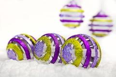 De ornamenten van Kerstmis in sneeuw Royalty-vrije Stock Foto
