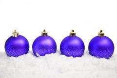 De ornamenten van Kerstmis in sneeuw Royalty-vrije Stock Fotografie