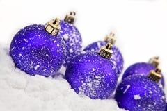 De ornamenten van Kerstmis in sneeuw Royalty-vrije Stock Afbeelding