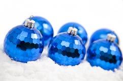 De ornamenten van Kerstmis in sneeuw Stock Foto