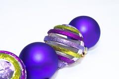 De ornamenten van Kerstmis in sneeuw Stock Fotografie