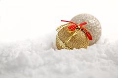 De ornamenten van Kerstmis in sneeuw Royalty-vrije Stock Afbeeldingen